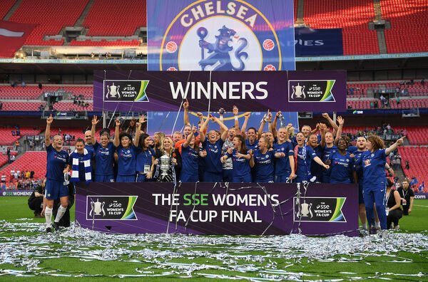 LONDON, ENGLAND - MAY 05: Chelsea celebrate victory following the SSE Women's FA Cup Final match between Arsenal Women and Chelsea Ladies at Wembley Stadium on May 5, 2018 in London, England. (Photo by Darren Walsh/Chelsea FC via Getty Images)