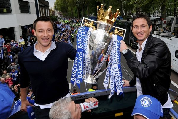 LONDON, ENGLAND - MAY 16: John Terry (L) and Frank Lampard of Chelsea pose with the Premier League trophyduring the Chelsea Football Club Victory Parade on May 16, 2010 in London, England