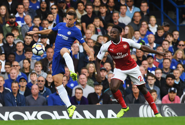 LONDON, ENGLAND - SEPTEMBER 17: Cesar Azpilicueta of Chelsea and Danny Welbeck of Arsenal battle for possession during the Premier League match between Chelsea and Arsenal at Stamford Bridge on September 17, 2017 in London, England