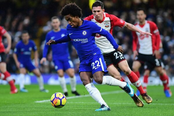 LONDON, ENGLAND - DECEMBER 16: Willian of Chelsea is challenged by Pierre-Emile Hojbjerg of Southampton during the Premier League match between Chelsea and Southampton at Stamford Bridge on December 16, 2017 in London, England