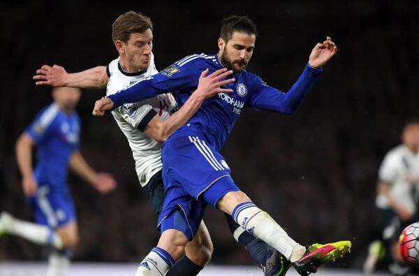 Tottenham Hotspur's Jan Vertonghen (left) and Chelsea's Cesc Fabregas battle for the ball