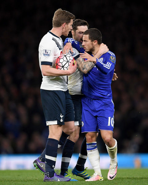 Tottenham Hotspur's Jan Vertonghen (left) and Ryan Mason (centre) get into a altercation with Chelsea's Eden Hazard