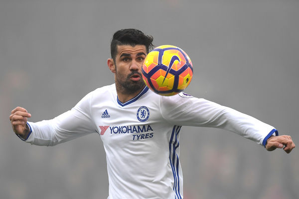 LONDON, ENGLAND - DECEMBER 17: Diego Costa of Chelsea keeps his eyes on the ball during the Premier League match between Crystal Palace and Chelsea at Selhurst Park on December 17, 2016 in London, England
