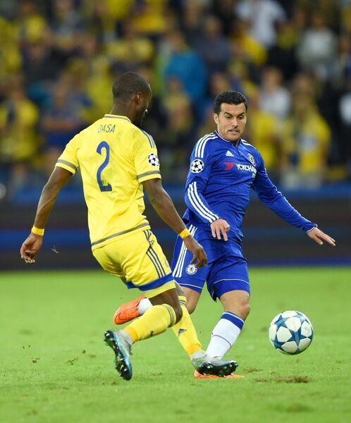 Chelsea's Rodriguez Pedro and Maccabi Tel Aviv's Eli Dasa battle for the ball