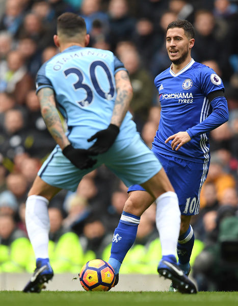 MANCHESTER, ENGLAND - DECEMBER 03: Eden Hazard of Chelsea and David Luiz of Chelsea compete for the ball during the Premier League match between Manchester City and Chelsea at Etihad Stadium on December 3, 2016 in Manchester, England