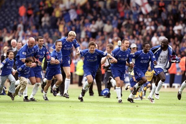 Chelsea celebrate victory with a charge towards their fans: (l-r) Frank Leboeuf, Roberto Di Matteo, Dennis Wise, Tore Andre Flo, Jon Harley, John Terry, Celestine Babayaro and George Weah