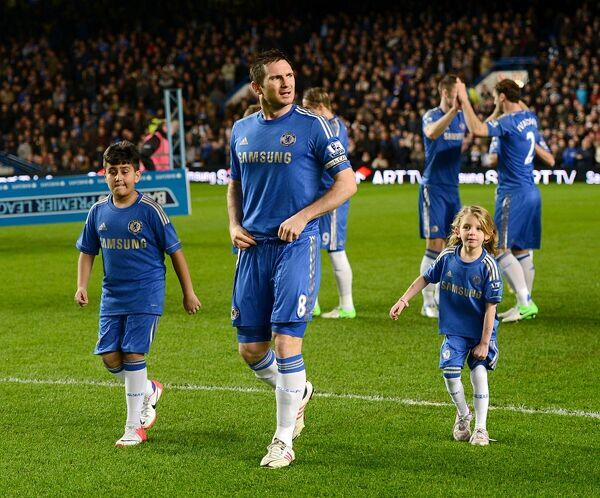 Chelsea's Frank Lampard (centre) on the pitch with mascots before kick-off
