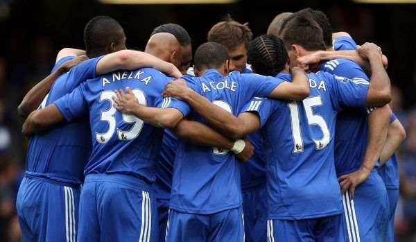 Chelsea player huddle together before kick-off