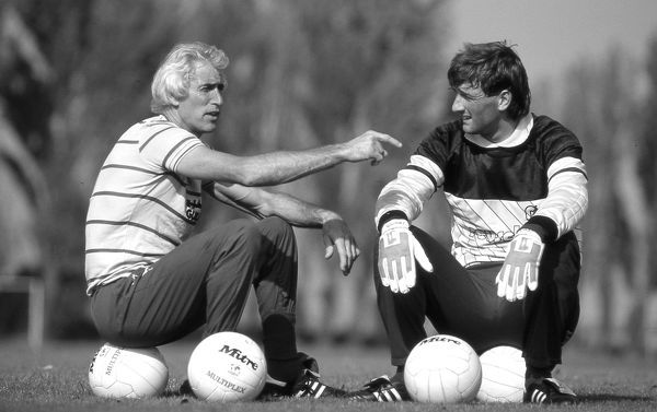 HARLINGTON, LONDON, 1984 : Chelsea goalskeeping coach Peter Bonetti (L) with goalkeeper Eddie Niedzwiecki (R). (Photo by Hugh Hastings/Chelsea FC ) Peter Bonetti, Eddie Niedzwiecki