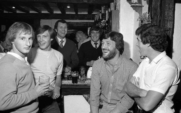 THE UNION INN, WINDSOR, 1981 (date TBC) : Opening night at Peter Osgood and Ian hutchinson's pub in Windsor: Lee Frost (L), Tommy Langley, Peter Osgood, Ian Hutchinson, Mickey Droy, Ted McDougall. (Photo by Hugh Hastings/Chelsea FC ) Peter Osgood