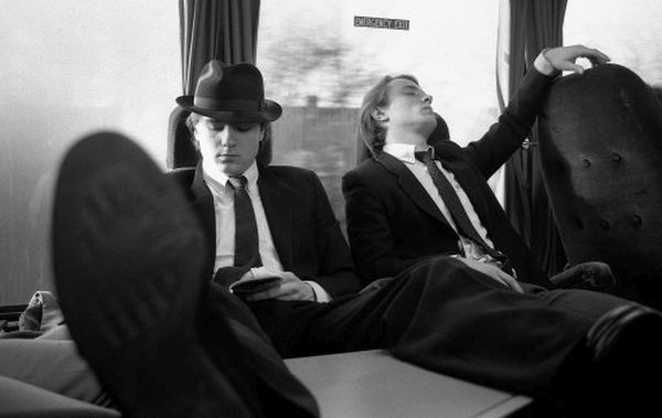 TRAVELLING, M1 MOTORWAY, 1982 : Chelsea's Michael Nutton (L) and John Bumstead (R) relaxe on the team coach on the way to an away match. (Photo by Hugh Hastings/Chelsea FC ) Michael Nutton, John Bumstead