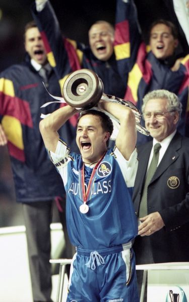 Chelsea's Dennis Wise with the trophy after the match. (Photo by Dave Shopland/Chelsea FC/Press Association Image)