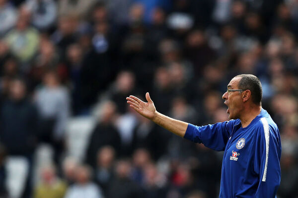 LONDON, ENGLAND - SEPTEMBER 23: Maurizio Sarri, Manager of Chelsea gives his team instructions during the Premier League match between West Ham United and Chelsea FC at London Stadium on September 23, 2018 in London, United Kingdom