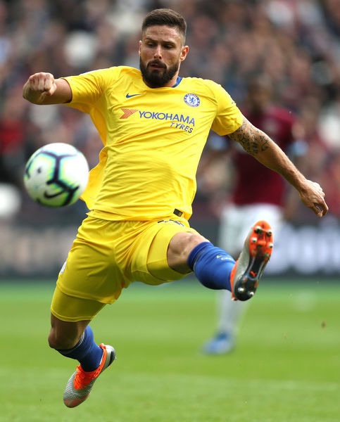 LONDON, ENGLAND - SEPTEMBER 23: Olivier Giroud of Chelsea stretches for the ball during the Premier League match between West Ham United and Chelsea FC at London Stadium on September 23, 2018 in London, United Kingdom