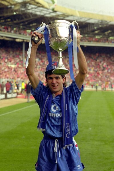 CHELSEA v MIDDLESBROUGH AT WEMBLEY TONY DORIGO WINNING GOALSCORER FOR CHELSEA WITH THE ZENITH CUP TROPHY