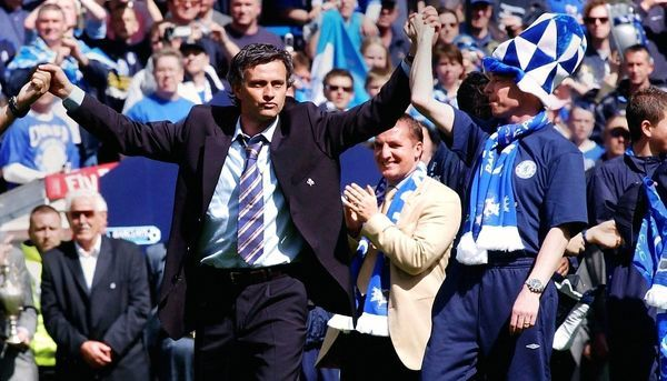 Chelsea manager Jose Mourinho (L) celebrates winning the Barclays Premiership title